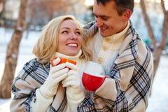 Paare mit Cup Lizenzfreie Stockfotos
