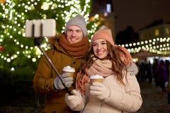 Paare mit dem Kaffee, der selfie am Weihnachten nimmt stockfotografie