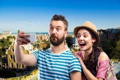 Paare mit dem Smartphone, selfie nehmend Sonnige Sommerstadt Stockbild