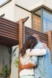 Paare mit den Armen oben, nachdem Haus gekauft worden ist Stockbild