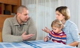 Paare mit den Kindern, die Konflikt haben Stockbilder