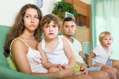 Paare mit den Kindern, die Streit haben Stockbild