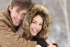 Paare mit den perfekten Zähnen im Winter Stockfotografie