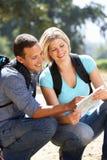 Paare mit der Karte, die in Land geht Lizenzfreies Stockfoto