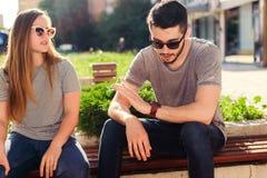 Paare mit der Sonnenbrille, die in der Stadt spricht Stockfotos