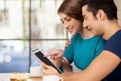 Paare mit digitaler Tablette. Stockfoto