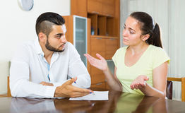 Paare mit Dokumenten in der Wohnung Lizenzfreie Stockfotos