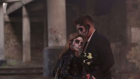 Paare mit dunklem Schädelmake-up auf dem Hintergrund des brennenden Feuers und des Rauches stock video