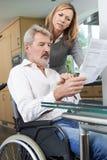 Paare mit Ehemann im Rollstuhl-Lesebuchstaben lizenzfreies stockbild