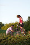 Paare mit einem Fahrrad - Vertikale Stockfoto