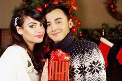 Paare mit einem Geschenk lizenzfreies stockbild