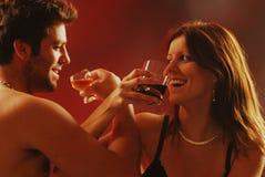 Paare mit einem Getränk Lizenzfreie Stockfotografie