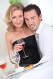 Paare mit einem Glas Wein Stockbild