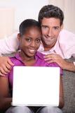 Paare mit einem Laptop. Lizenzfreie Stockfotografie