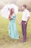 Paare mit einem Regenschirm lizenzfreie stockfotos