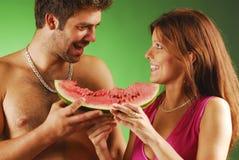 Paare mit einem watermellon Stockbilder