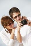 Paare mit einer Digitalkamera Stockfotografie