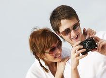 Paare mit einer Digitalkamera Stockfotos