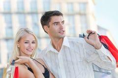 Paare mit Einkaufenbeuteln Stockfotografie