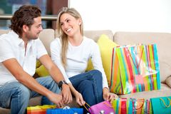Paare mit Einkaufenbeuteln Stockfotos