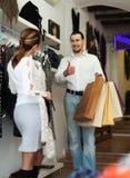 Paare mit Einkaufstaschen an der Kleidungsboutique Lizenzfreie Stockfotos