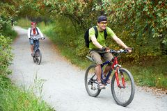 Paare mit Fahrrädern lizenzfreie stockfotos