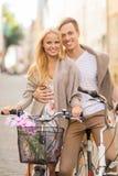 Paare mit Fahrrädern in der Stadt Lizenzfreie Stockbilder