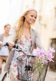 Paare mit Fahrrädern in der Stadt stockfotos