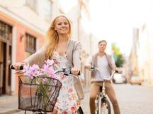 Paare mit Fahrrädern in der Stadt Stockbild