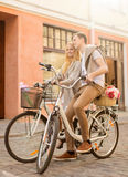 Paare mit Fahrrädern in der Stadt Stockfotografie