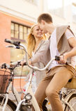Paare mit Fahrrädern in der Stadt Lizenzfreies Stockbild