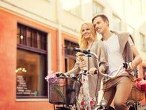 Paare mit Fahrrädern in der Stadt Stockfoto