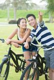 Paare mit Fahrrädern Lizenzfreie Stockbilder