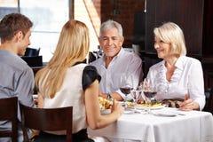 Paare mit Familie in einem Restaurant stockbilder