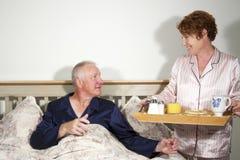 Paare mit Frühstück im Bett lizenzfreie stockfotografie