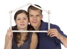 Paare mit geläufigen Gebäudeplänen Stockbilder