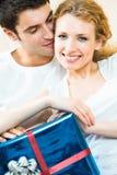 Paare mit Geschenk Stockbild