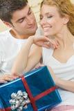 Paare mit Geschenk zu Hause Stockfotografie