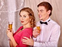 Paare mit Geschenkbox Schwarzweiss-Retro- Stockfotografie