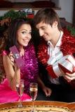 Paare mit Geschenken Lizenzfreie Stockfotos