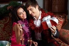 Paare mit Geschenken Stockfotos