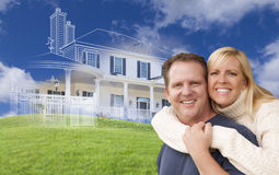 Paare mit Ghosted-Haus-Zeichnung hinten umarmen Stockfoto