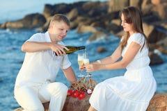 Paare mit Gläsern Stockfoto