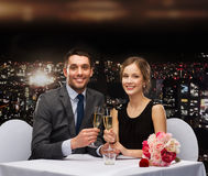 Paare mit Gläsern Champagner am Restaurant Lizenzfreie Stockfotografie