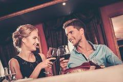 Paare mit Gläsern Wein im Restaurant Lizenzfreies Stockfoto