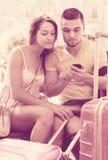 Paare mit GPS-Navigator und -gepäck Lizenzfreies Stockfoto