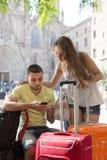 Paare mit GPS-Navigator und -gepäck Stockfotos