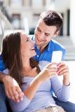 Paare mit Handy Lizenzfreies Stockfoto