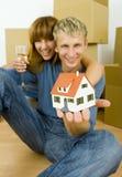 Paare mit Hausminiatur Stockbild