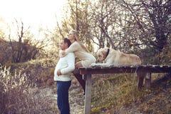 Paare mit Hund lizenzfreie stockfotos